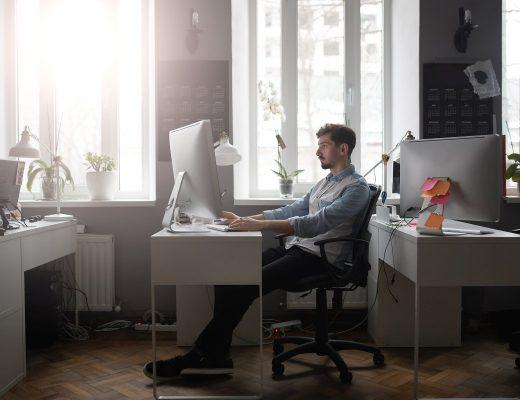 mężczyzna pracuje